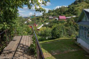 Лестница проходит над одним из огородов