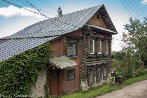Деревянный дом и мотоцикл Восход. Фото