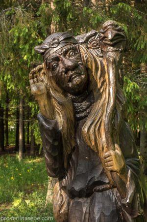 Баба Яга. Деревянная скульптура