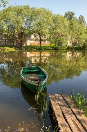 Река Трубеж. Лодка у мостков