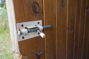 Щеколда на двери купальни