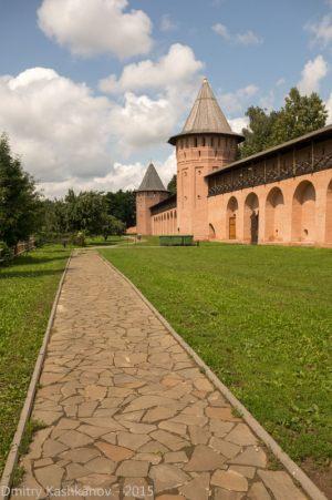 Дорожка вдоль крепостной стены