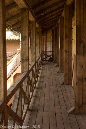 Деревянная дорожка по стене монастыря