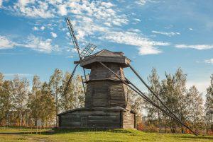 на этой фотографии хорошо видны оглобли позади мельницы. с их помощью поворачивают верхнюю часть по ветру