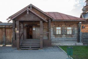 Главный вход в музей деревянного зодчества