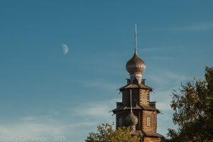 Преображенская церковь и Луна