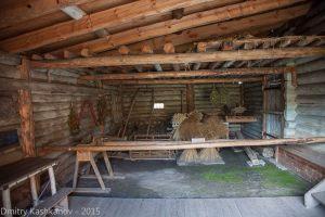 Это место называется ДВОР. здесь хранили хозяйственный инвентарь, дрова и корм для скота