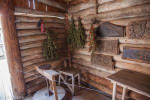 гончарный круг, сухая трава, образцы резьбы по дереву и огнетушитель