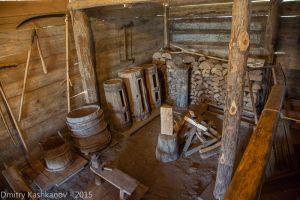 ульи, кадушки, дрова и хозяйственный инвентарь