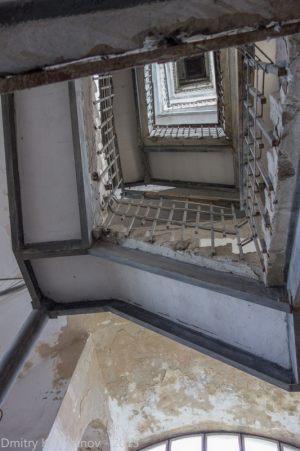 Начинается подъем по винтовой лестнице