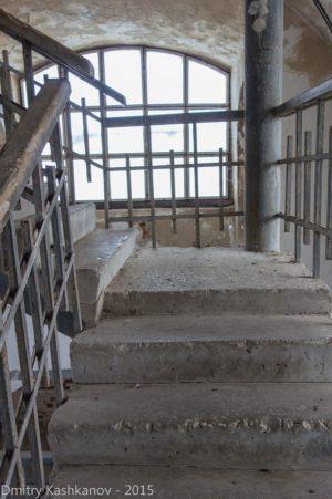 лестницы в самой башне довольно пологие с площадками для отдыха. скамеек, увы, нет