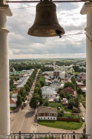 Колокол на фоне города