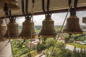 Колокола на фоне города Суздаль