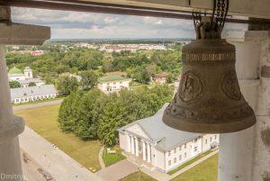 Вид с колокольни на дом культуры на Красной площади Суздаля