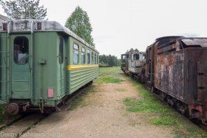 Музей паровозов в Переславле-Залесском. Пассажирский вагон и ржавый паровоз