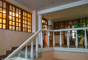 Лестница на второй этаж, где находится ресторан гостиницы Болдино