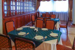 Накрытые столы ждут гостей. Ресторан Болдино