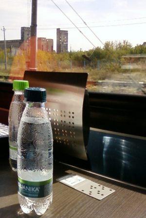 Вагон-ресторан в поезде Стриж. Вода в бутылках