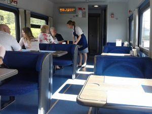 Вагон-ресторан в поезде Стриж. Столики