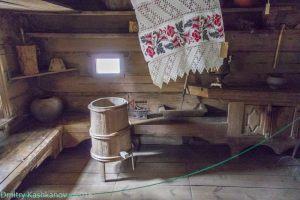 Интерьер деревянного дома в музее. Бочка с затычкой