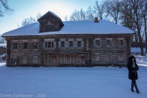 Дом Павловой - вид спереди. Зимнее фото. На переднем плане сотрудница музея