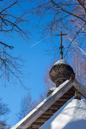Купол Покровской церкви и самолет в небе. Музей деревянного зодчества