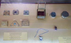 Коранницы с миниатюрными Коранами. Памятный знак. Экскурсия из Казани в Болгар