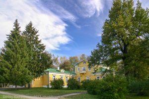 Господский дом в окружении деревьев
