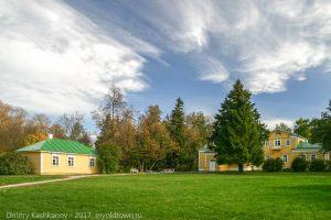 Лужайка, кухня и господский дом