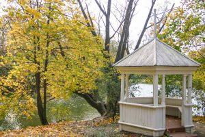 Усадьба Пушкина. Осень. Беседка у пруда