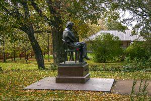 Памятник А.С.Пушкину рядом с господским домом