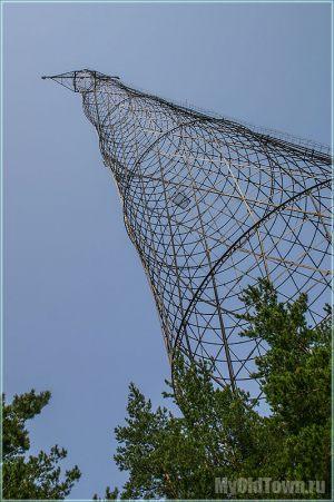 Башня Шухова, поднимающаяся из соснового леса