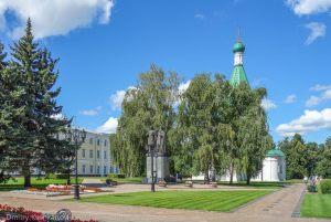 Памятник основателю города и Михайло-Архангельский собор