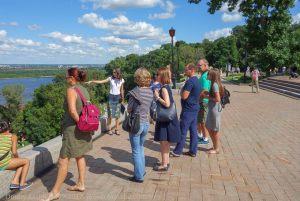 Экскурсионная группа на смотровой площадке