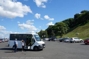 Туристический автобус у Чкаловской лестницы