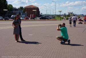 туристы фотографируются на обзорной экскурсии по Нижнему Новгороду