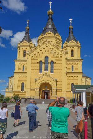 Экскурсионная группа подходит к Собору Александра Невского