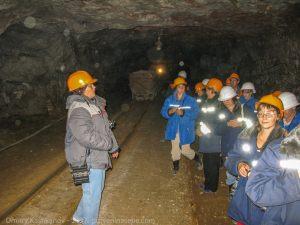 Экскурсовод рассказывает группе о подземном музее. Экскурсия в Пешелань