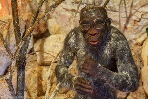 Фото первобытного человека в очках. Подземный музей. Пешелань