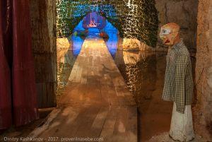Грешник перед входом в зал ужасов. Подземный музей. Пешелань
