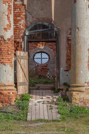 Вход в Воскресенскую церковь. Подвязье