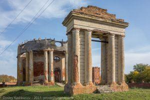 Открытая звонница, построенная в виде триумфальной арки