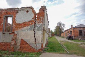 Стены хозяйственных построек. Трещины, отсутствие крыш. Руины