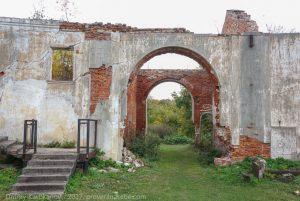 Центральная арка полукруглого строения - хозяйственных построек
