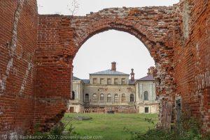 Вид из арки на господский дом