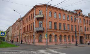 Кронштадт. Перекресток улиц Красная и Петровская. Старое здание