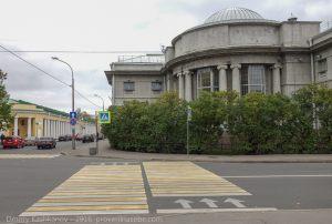 Кронштадт. Здание центральной библиотеки. Перекресток улиц Советской и Карла Маркса