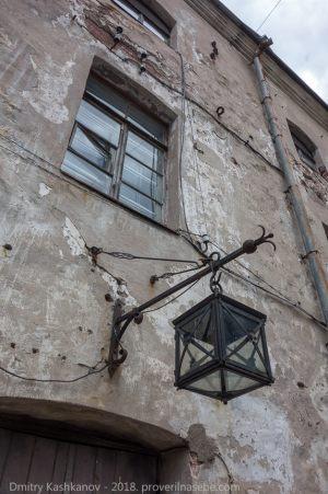 Выборгский замок. Внутренний двор. Фонарь на стене
