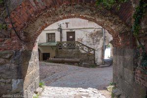 Выборгский замок. Внутренний двор. Выход наружу через арку
