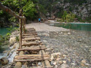 Деревянный мостик. фотографии горных озер на пути к каньону Гейнюк. Турция. Кемер